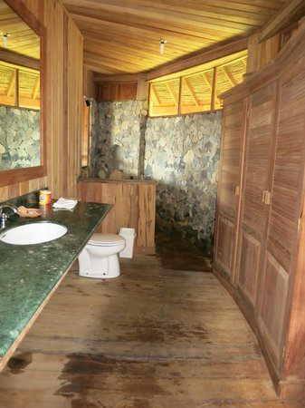 The Baliem Valley Resort: Bathroom
