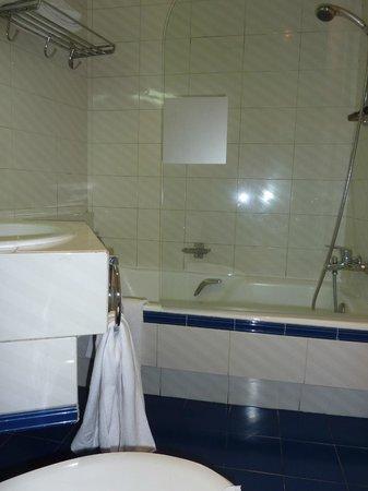 Hotel Arosa : Banheiro do nosso quarto (617)