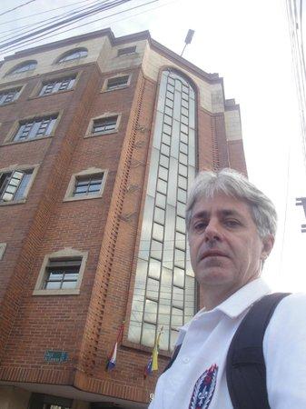 Vista da fachada do Hotel Fontibon, em Bogotá