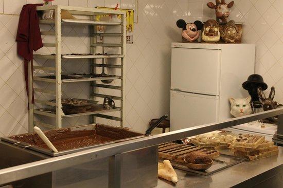 Museum of Cocoa and Chocolate (Musee du Cacao et du Chocolat) : Dimostrazione della preparazione di cioccolatini