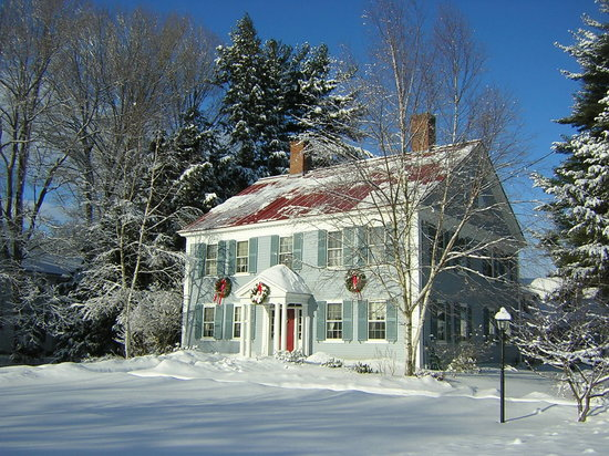 The Centennial House Bed and Breakfast: Snowy outside, warm and cozy inside