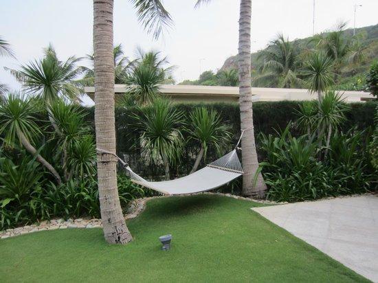 Mia Resort Nha Trang : Собственный гамак в саду у бунгало
