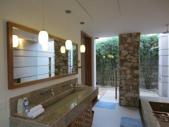 Mia Resort Nha Trang : Ванная комната с выходом к душу и в сад