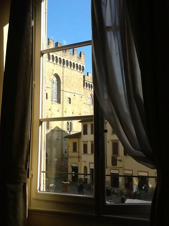 Bed and Breakfast Galileo 2000: The Bargello and piazza from our window.
