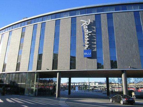 Radisson Blu Hotel Uppsala: Вид на отель с противоположной стороны. Под отелем проходит автомобильная дорога