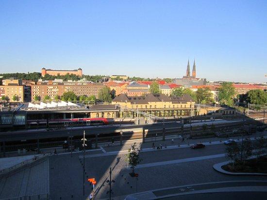 Radisson Blu Hotel Uppsala: Вид из лоджии отеля на вокзал, замок и кафедральный собор
