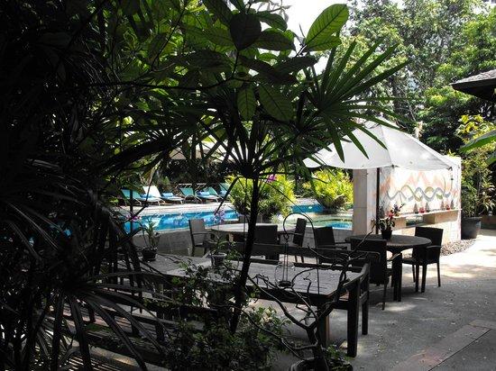 Ariyasomvilla: Outdoor Dining & Pool area