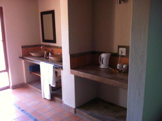Toro Yaka Bush Lodge : Sink in the buffalo room