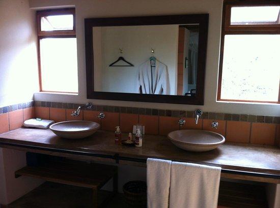 Toro Yaka Bush Lodge: Well equipped bathroom