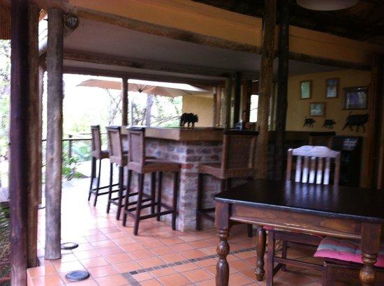 Toro Yaka Bush Lodge: Outdoor dining area and bar