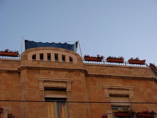 The Jerusalem Little Hotel: Вид на открытую площадку на крыше отеля с улицы Яффо