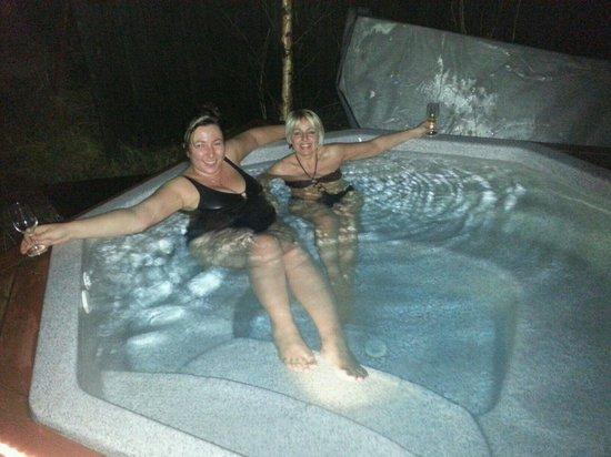 Hotel Laxnes: Hot tub in garden.
