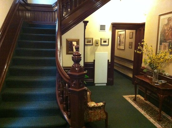 Madison Manor Boutique Hotel: Entrance & stairs