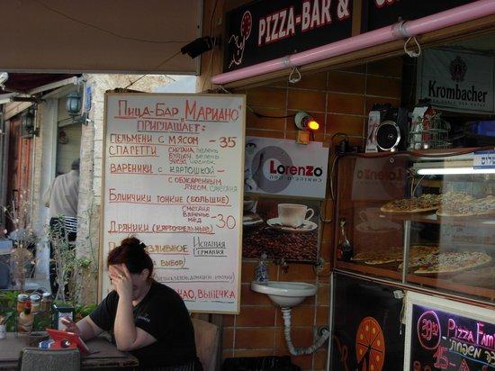 Mugraby Hostel: Уличное кафе напротив Муграби Хостела. В Тель-Авиве вас ждут