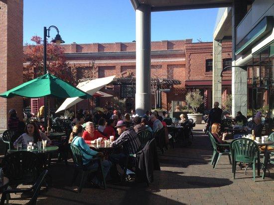 Cafe Borrone: Outdoor seating