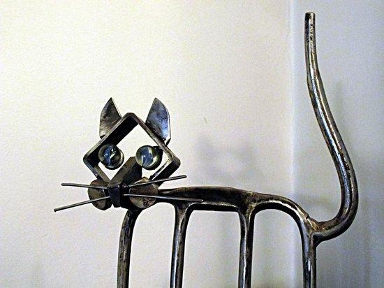 Montalbano: Scultura di Giudici - gatto fatto con una forca