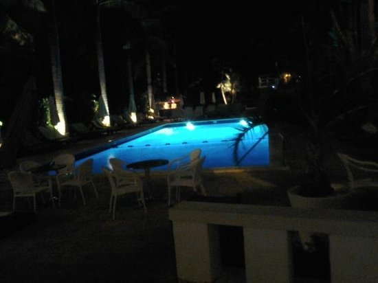 South Seas Hotel: Night View of Pool