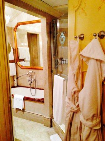The St. Regis Rome : Deluxe room bath view
