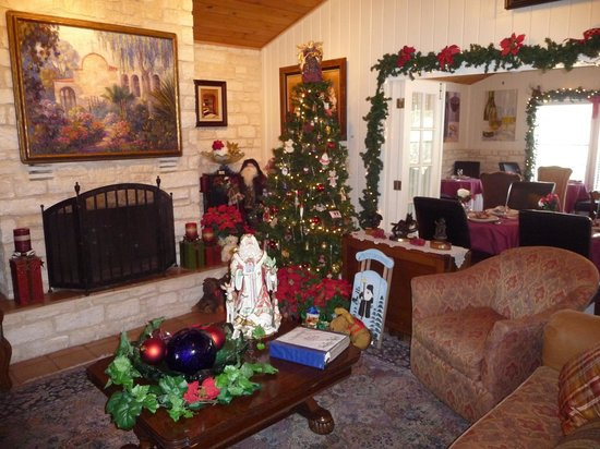 Blair House Inn: Main house is decorated for the holiday.
