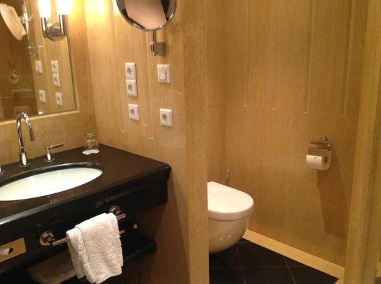 Bayerischer Hof Hotel: Klozelle
