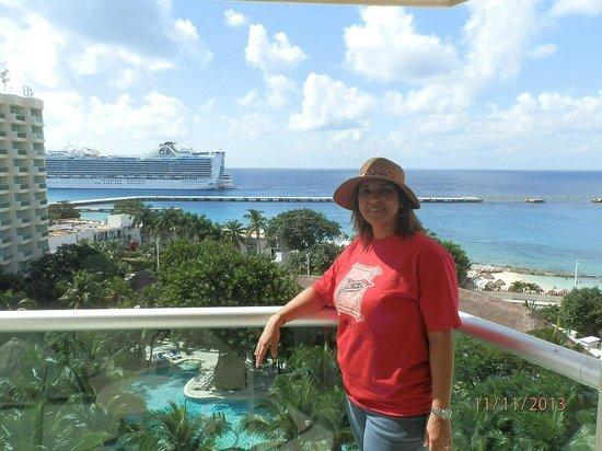 Grand Park Royal Cozumel: Das varandas temos ótima visão dos navios que chegam e saem...