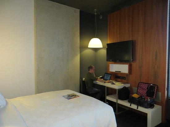 Alt Hotel - Toronto Airport : bed and desk