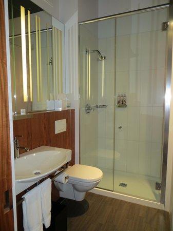 Alt Hotel- Toronto Airport: bathroom