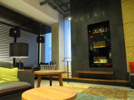 Alt Hotel- Toronto Airport: lobby