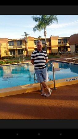 Econo Lodge Inn & Suites: O café-da--manhã é servido em frente a piscina