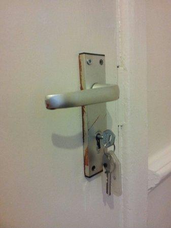 Garden Lodge Hotel: Rusty door handle to my room.