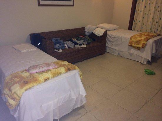 Resort La Torre : Está foto é bem diferente da do site, não tem almofadas no sofá.