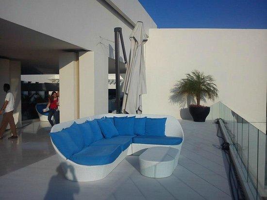Secrets Huatulco Resort & Spa: SALA JUNTO AL BAR