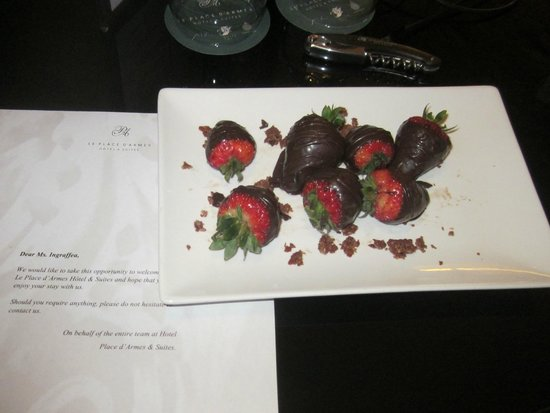 Le Place d'Armes Hotel & Suites: Complimentary chocolate covered strawberries