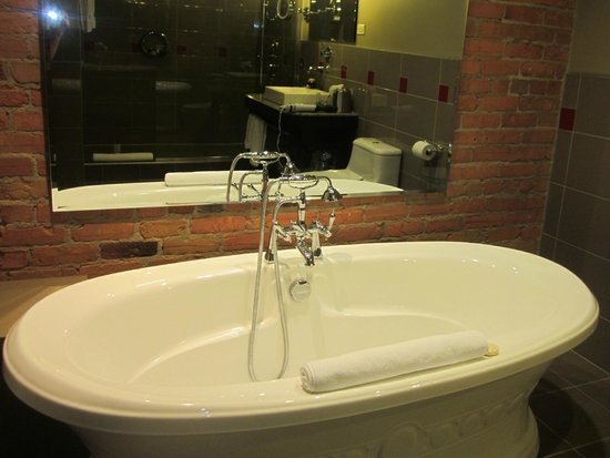 Le Place d'Armes Hotel & Suites : Jacuzzi tub - executive suite