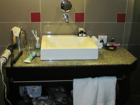 Le Place d'Armes Hotel & Suites: Sink area - executive suite