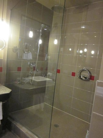 Le Place d'Armes Hotel & Suites: Rainshower - executive suite