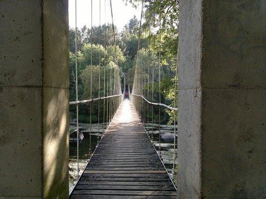 Parque del Miño: ...entrada al puente...se cruza el río....