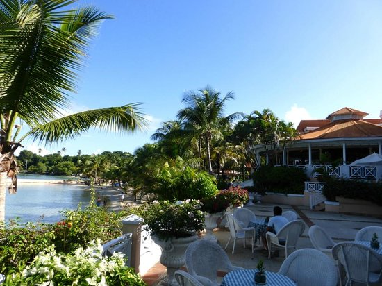 Coco Reef Tobago: Dining/Breakfast room and beach