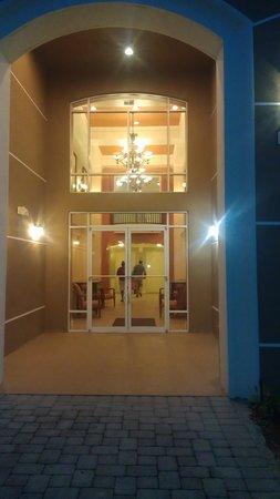 Vista Cay: building entrance