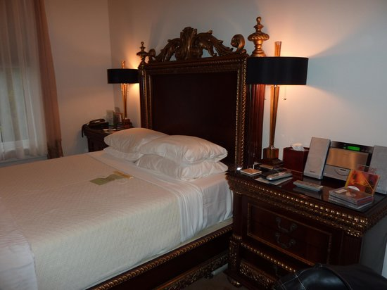 Honor Mansion, A Wine Country Resort : DogWood Room Bed