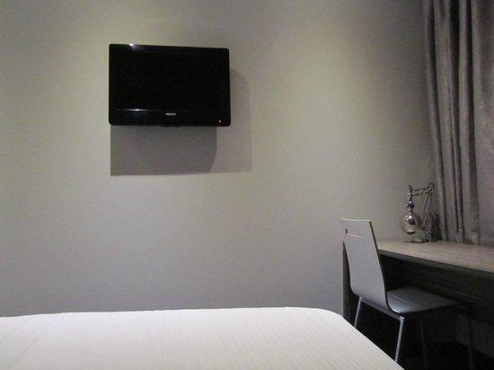Court Garden Hotel: Fernseher vom Bett aus