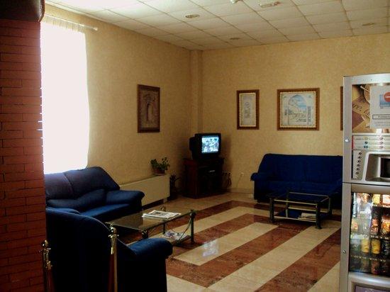 Hotel Roma Aurea: Sala de televisión.