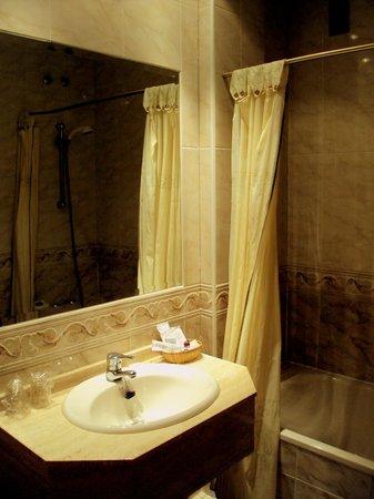 Hotel Roma Aurea: Baño de la habitación doble.