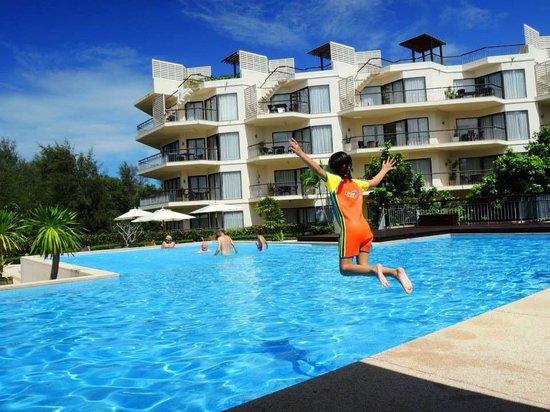 Dewa Phuket Resort Nai Yang Beach: Check out dive at the pool next to the apartments