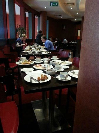 Carlton Hotel Blanchardstown: The debris covering every table at Breakfast on the first morning