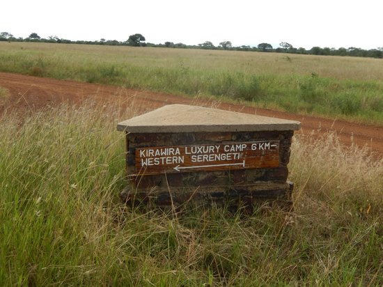 Kirawira Serena Camp: Sign for the camp on the main road
