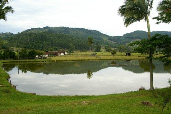 Hotel Termas Rio do Pouso: Lago no patio do Hotel