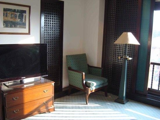 Crowne Plaza Kathmandu-Soaltee: Escritorio y sala de estar de la habitación