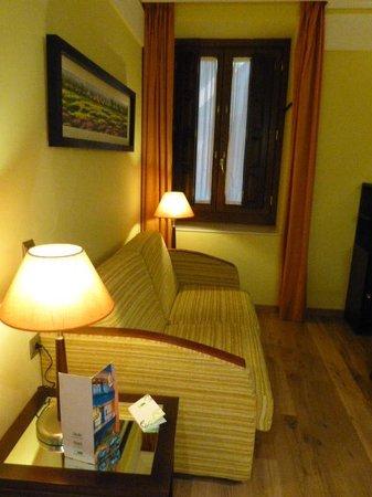 Suites Gran Via 44: Sofa