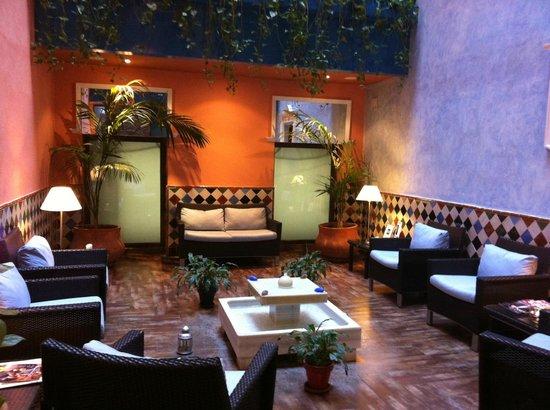Suites Gran Via 44: Lounge area near reception